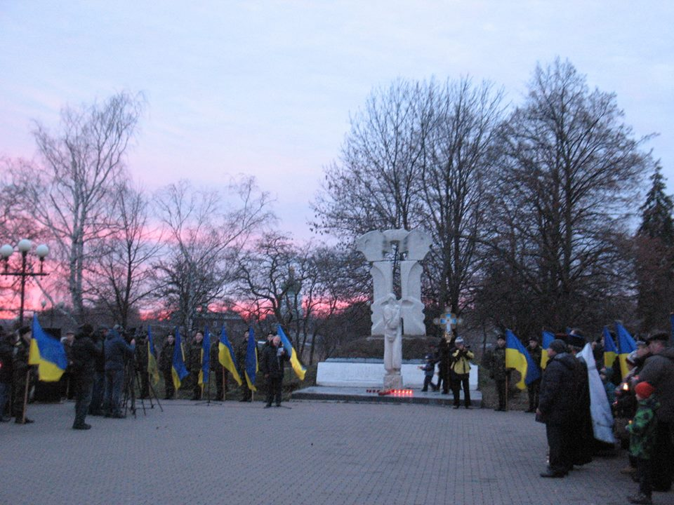 Чернігівці запалили «свічку пам'яті» в знак вшанування жертв Голодоморів. ФОТО