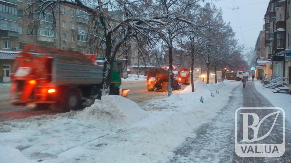 Комунальники Чернігова  у боротьбі зі снігом працюють у посиленому режимі. ФОТО