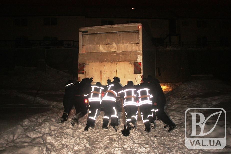 В Чернигове в снежные заносы попали три грузовика