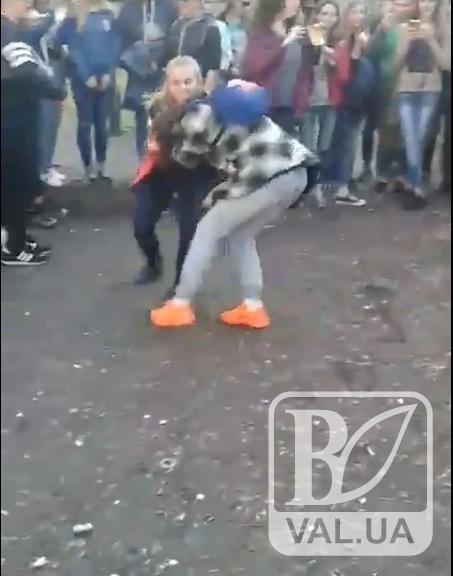 Побили за телефон: у центрі Чернігова школярки жорстоко відлупцювали своїх ровесниць. ВІДЕО