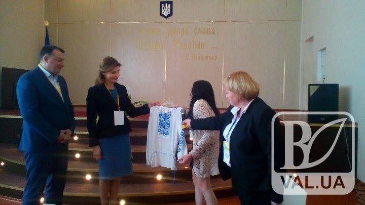 У Чернігові студентка з особливими потребами подарувала першій леді вишиванку