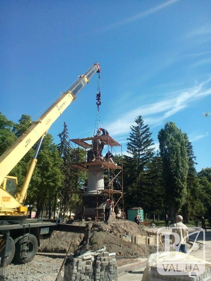 Москва за спиной: в Чернигове на данный момент разворачивают памятник Богдану Хмельницкому. ФОТОфакт