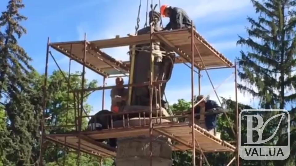 Нарешті Богдан Хмельницький «побачить» Красну площу: пам'ятник вже розвернули. ВІДЕО