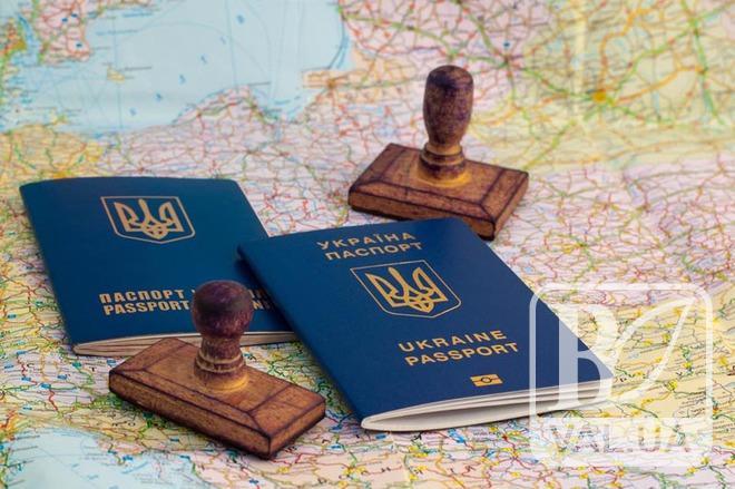 Чернігівці о 2-й ночі стають в черги за закордонними паспортами