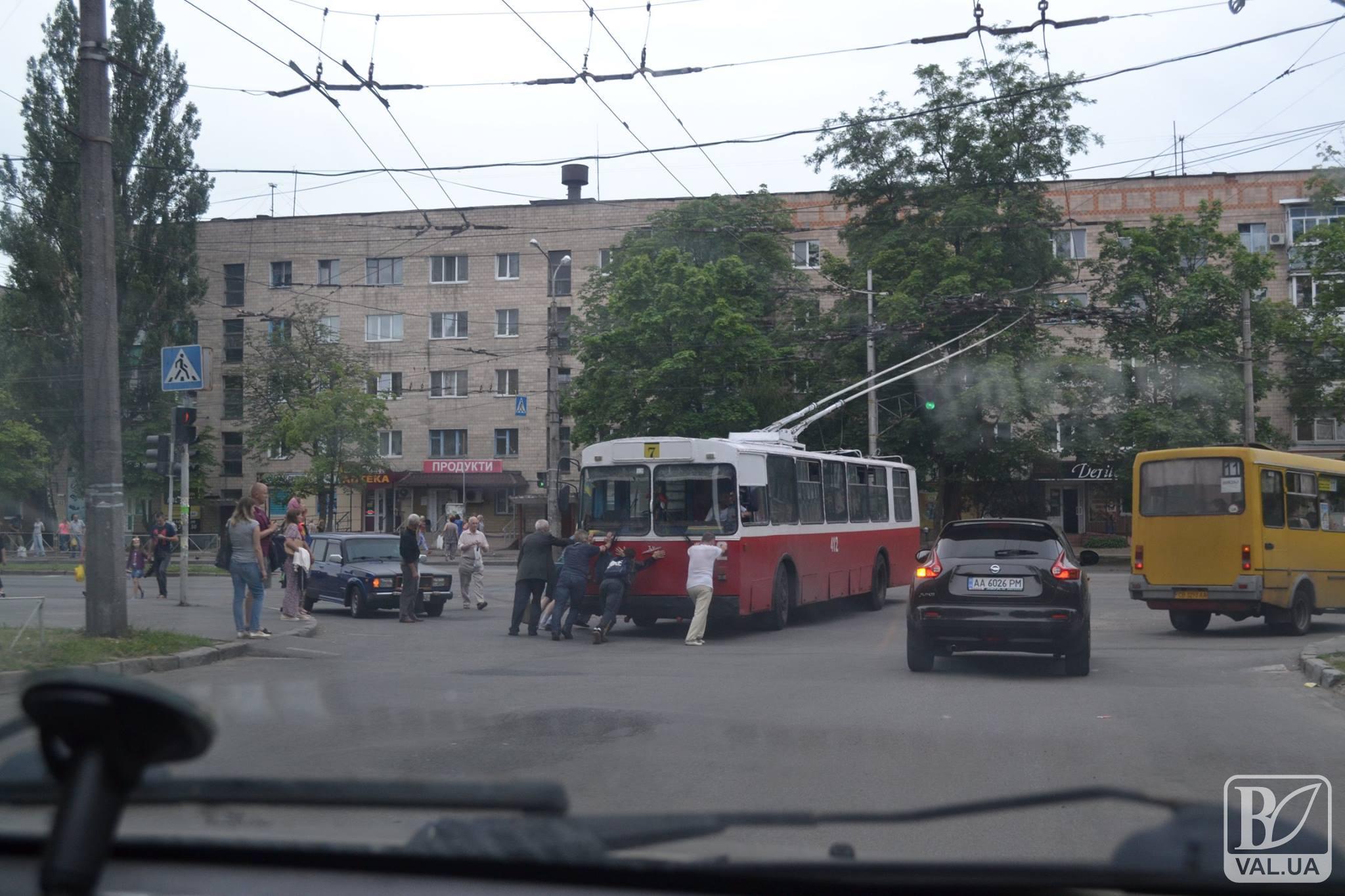 Гуртом і тролейбус у Чернігові легше штовхати. ФОТОфакт