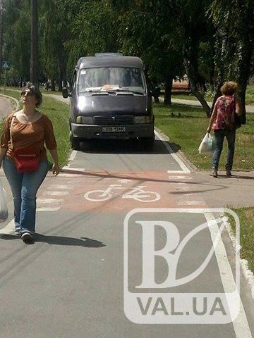 У Чернігові дорожня служба їздить по велодоріжкам