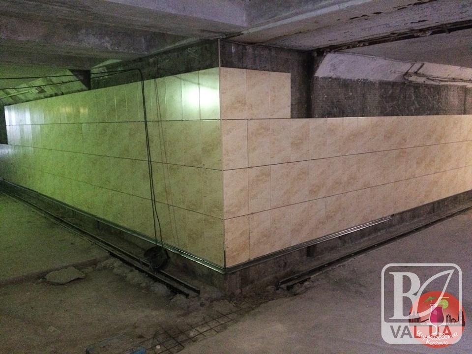 Підземку біля «України» почали облицьовувати плиткою. ФОТО