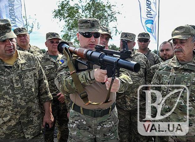 Турчинов випробував новітню зброю на Гончарівському полігоні