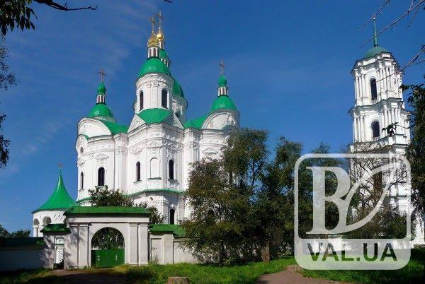 Дивовижне поруч: з дзвінниці собору на Чернігівщині можна одночасно побачити Київ і Чернігів. ФОТО