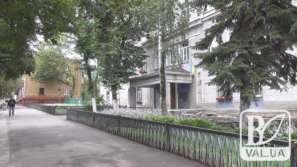 «Лакокрасочный завод купил?» - черниговцы об инициативе мэра покрасить школы Чернигова