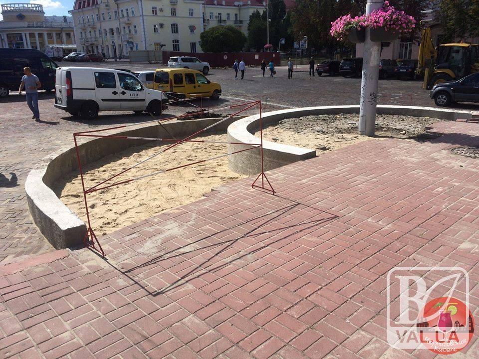 «Невже черговий фонтан»: що за конструкція зводиться на Красній площі у Чернігові?