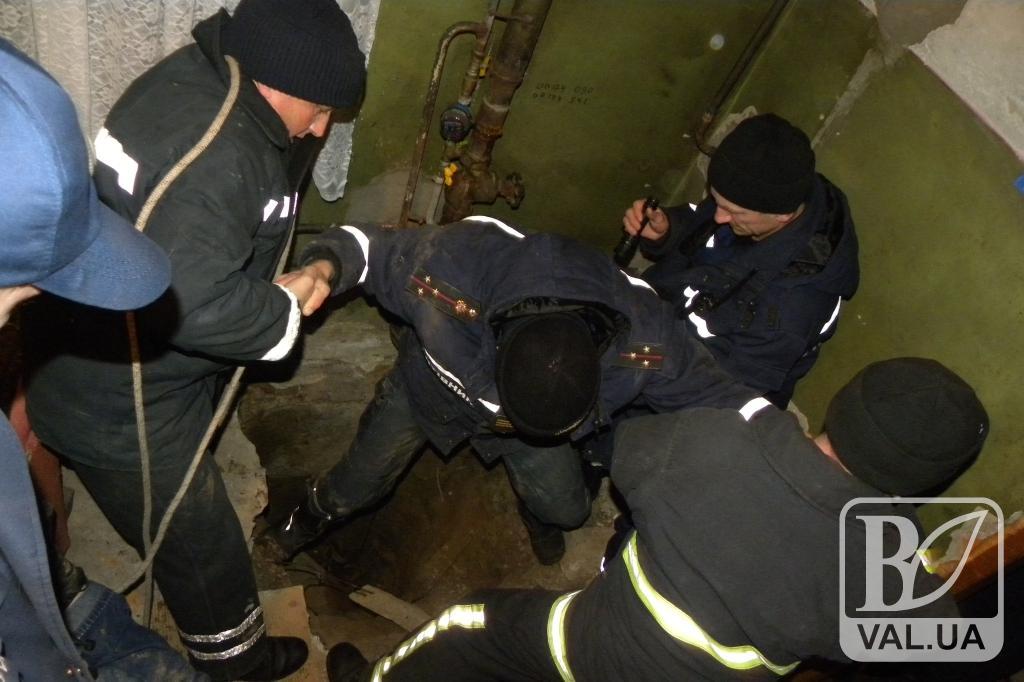 У Чернігові рятувальники дістали з колодязя загиблу жінку