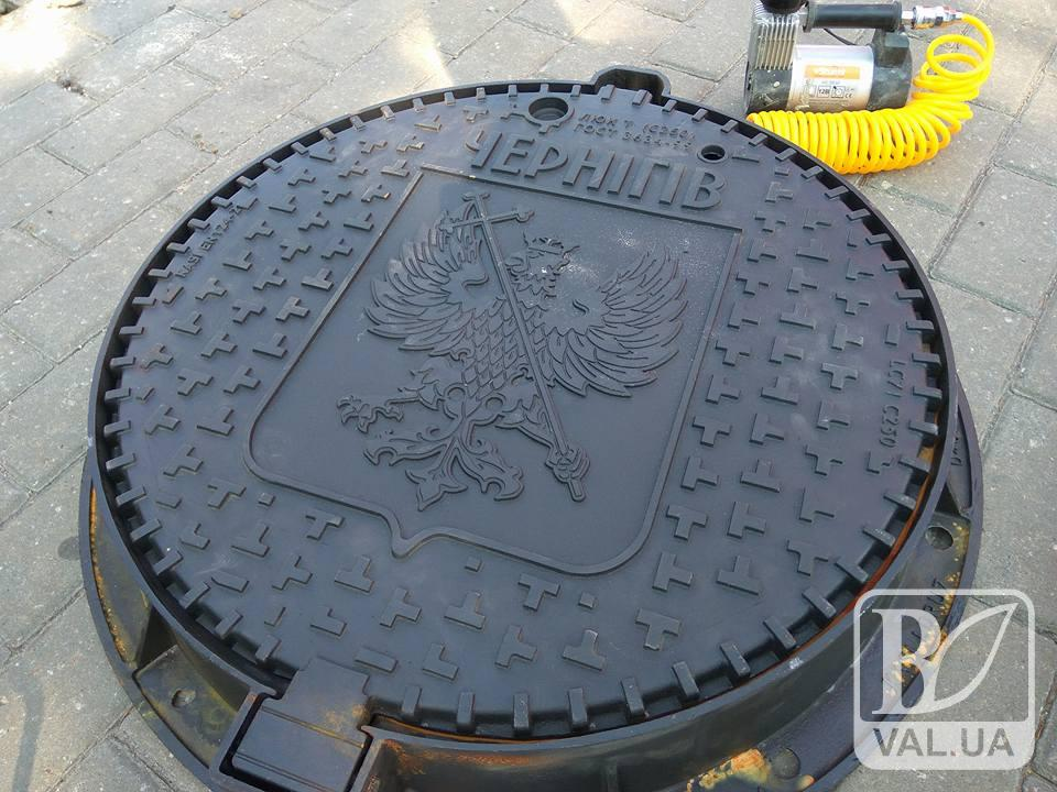 На Красній площі встановили перший «іменний» чернігівський люк. ФОТО