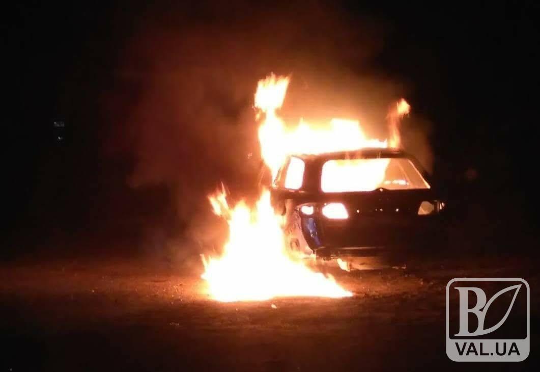 Рокери розтрощили та спалили авто у Чернігові. ФОТО