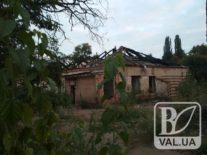 У Чернігові на вихідних горіла будівля колишньої станції швидкої допомоги. ФОТО