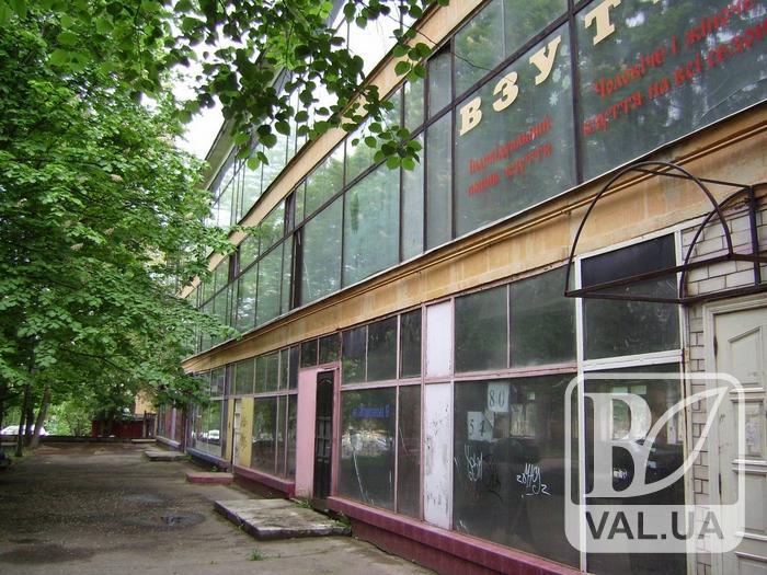 Закинуту будівлю у центрі Чернігова перетворять та торгово-офісний центр