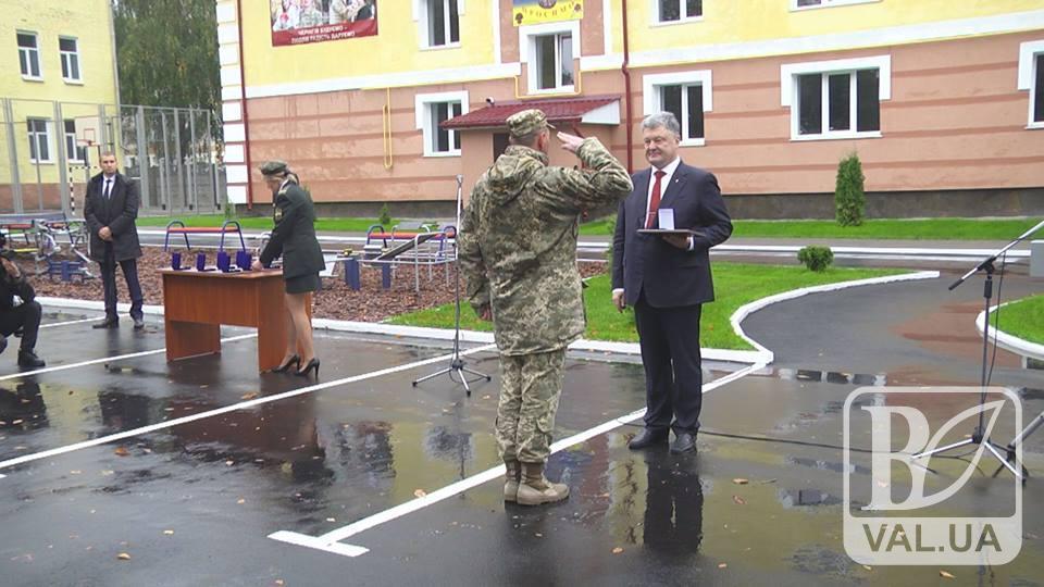 Військовим – квартири, університету – статус. Візит Порошенка до Чернігова. ВІДЕО