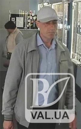 Поліція розшукує зловмисника, який «виніс» ніжинський ювелірний. ФОТО