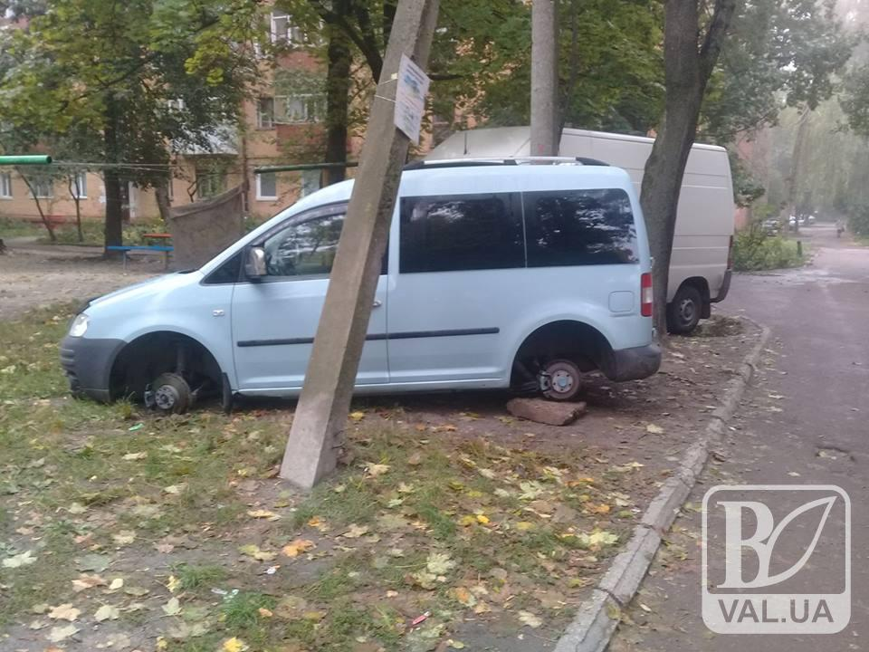 """У Чернігові злодії """"роззули"""" припаркований автомобіль. ФОТОфакт"""