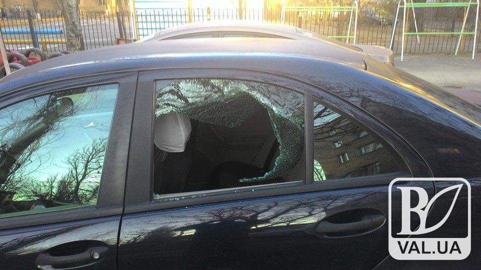 У Чернігові з припаркованої у центрі автівки винесли постільну білизну та горілку