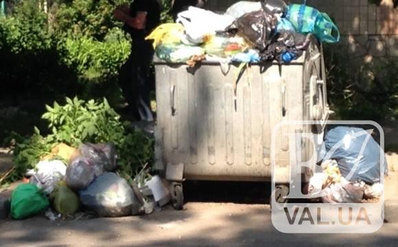 У Чернігові з-під будинку поцупили контейнер для сміття