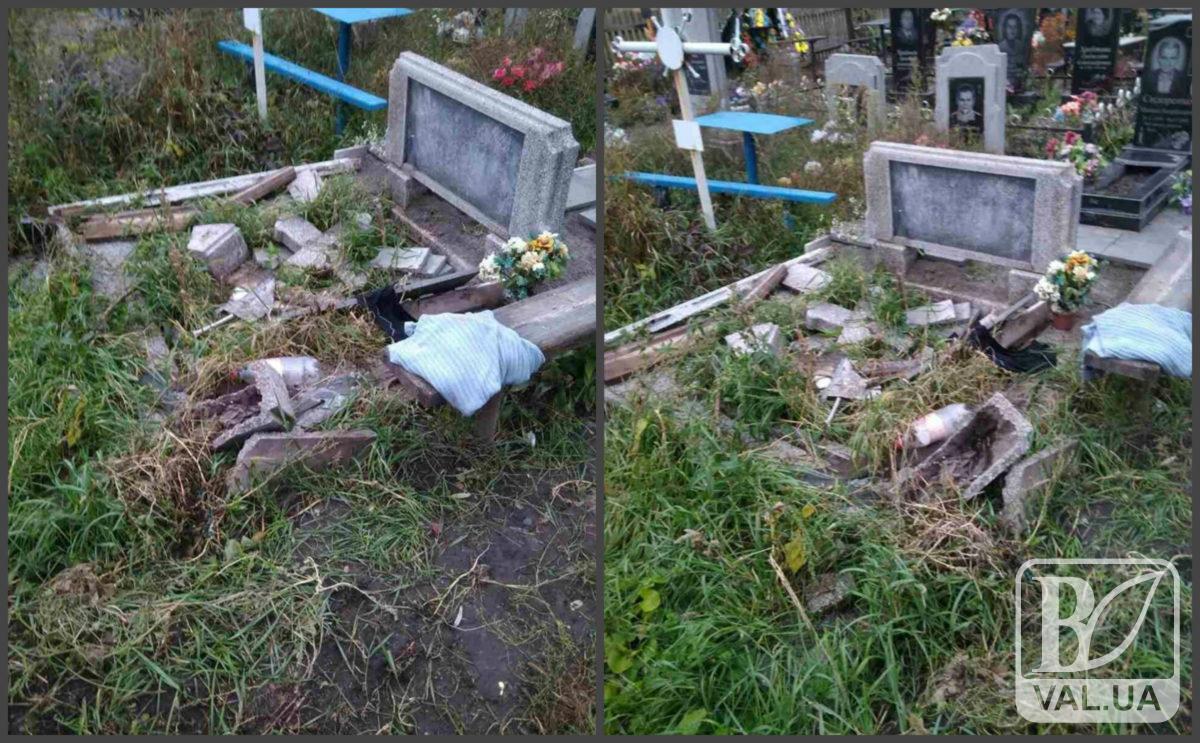 На Чернігівщині понівечили могилу «кіборга»