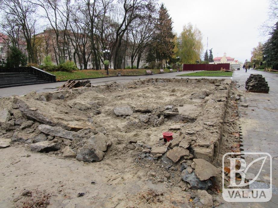 Завершується демонтаж фонтанів на центральній алеї Чернігова. ФОТОфакт