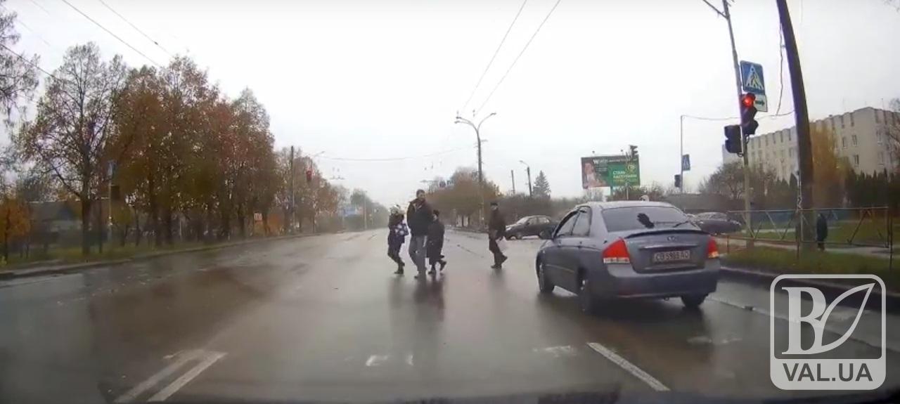 У Чернігові в районі обласної лікарні автівка ледь не наїхала на пішоходів на переході. ВІДЕО