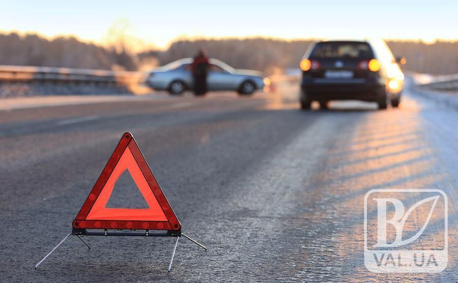 На Чернігівщині легковик протаранив вантажівку: є постраждалі і загиблий
