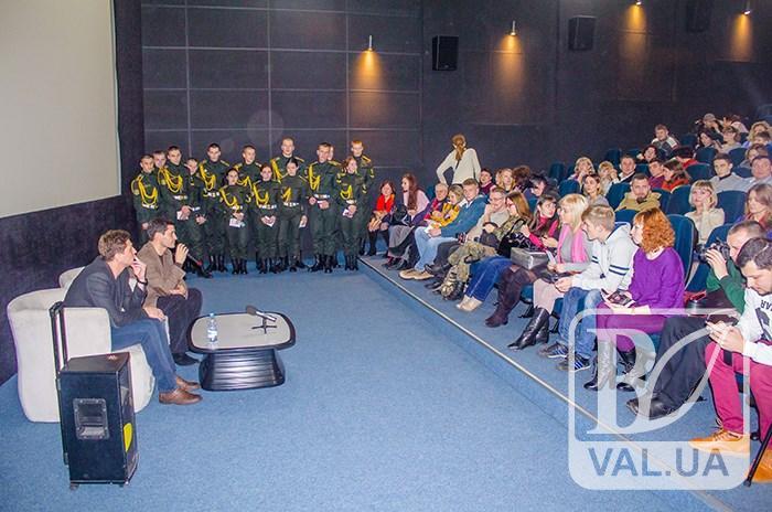 Сльози і аплодисменти: у Чернігові відбувся допрем'єрний показ стрічки «Кіборги». ФОТО
