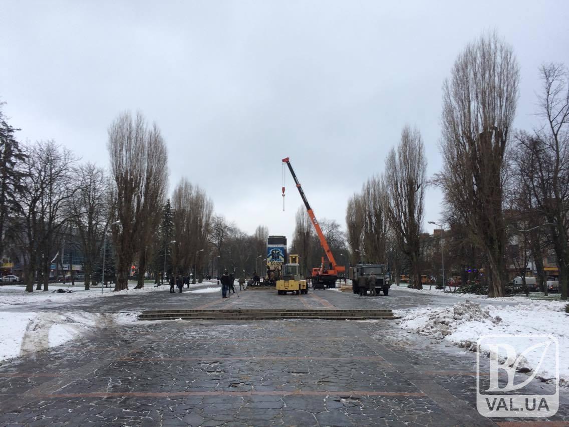 У Чернігові розпочався демонтаж «ленінського» постаменту. ФОТО