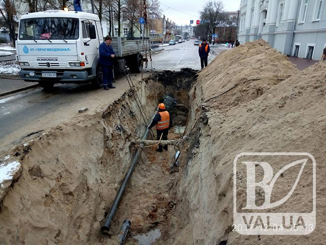 У водоканалі пояснили причини «довгограючого» ремонту водопроводу біля міськради. ФОТО