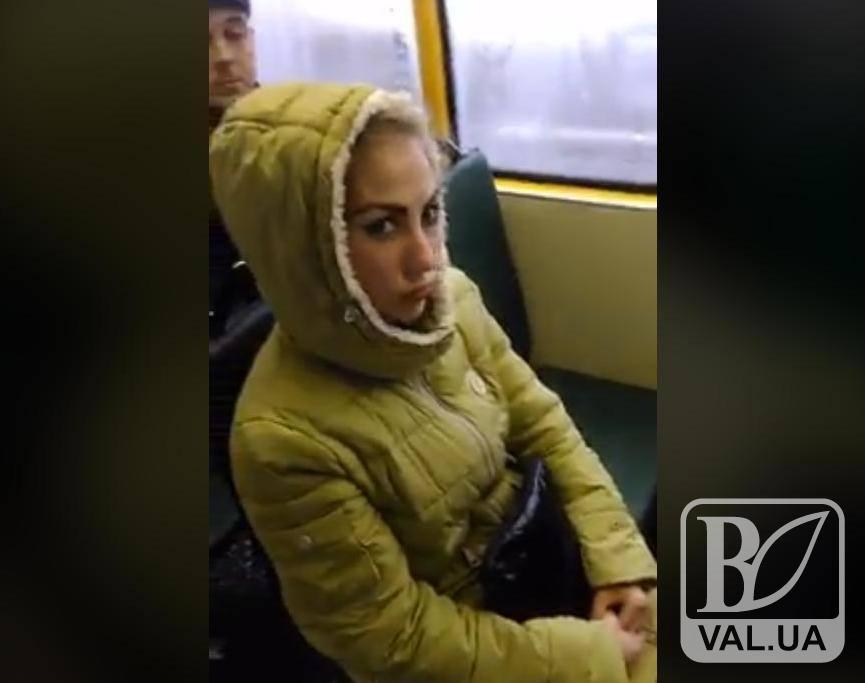 Інцидент у чернігівській маршрутці: жінка, яка показала дулю кондуктору, має відношення до правоохоронних органів?