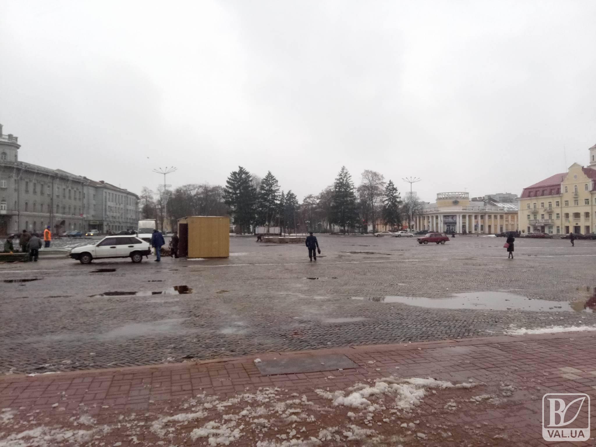 На Красній площі почали встановлювати головну ялинку міста. ФОТОфакт