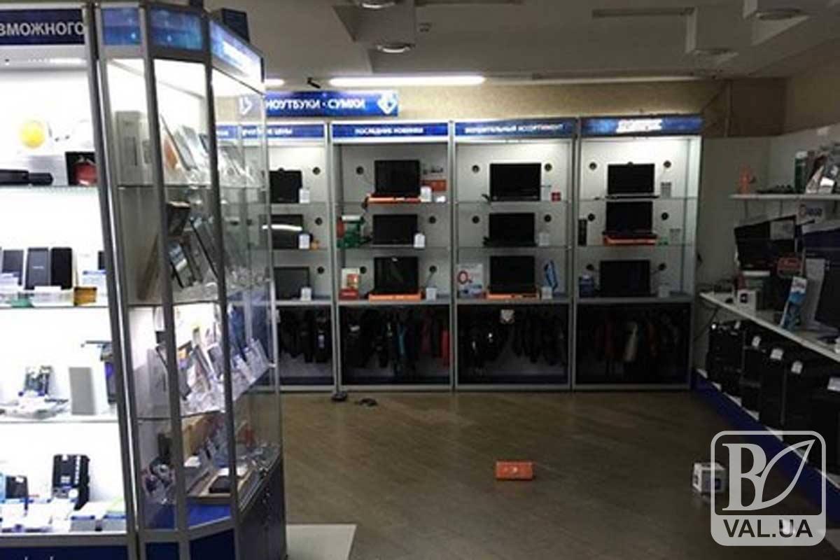 У Чернігові злодій обікрав магазин електроніки, виніс ноутбуки і 15 тисяч