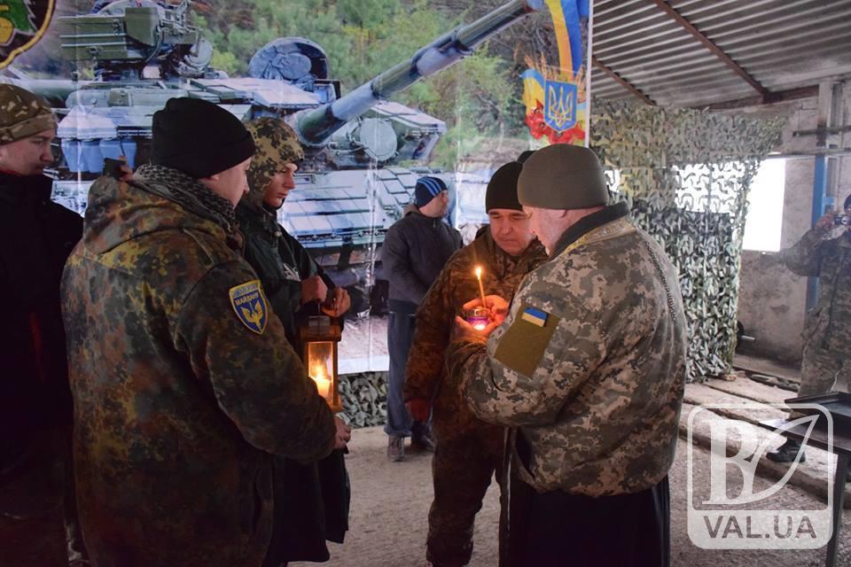 В зоні АТО чернігівським військовим передали Віфлеємський вогонь миру