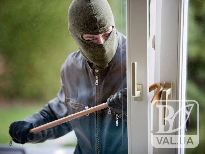Поліція Чернігова затримала серійного квартирного злодія