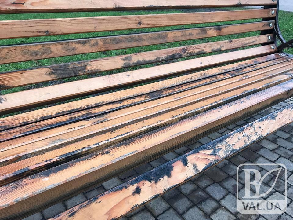 Лавочки у сквері Хмельницького почорніли: кожну четверту доведеться ремонтувати. ФОТО