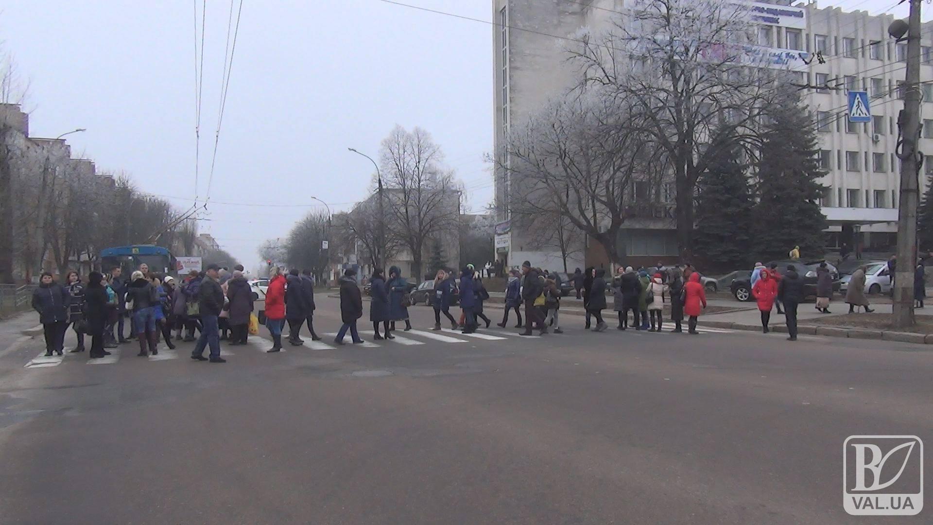 Чернігівці проти закриття школи № 10: батьки учнів не вірять в аварійність будівлі. ВІДЕО