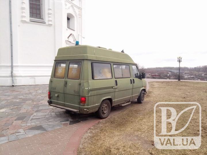 Чернігівські волонтери передали машину «швидкої» воїнам АТО
