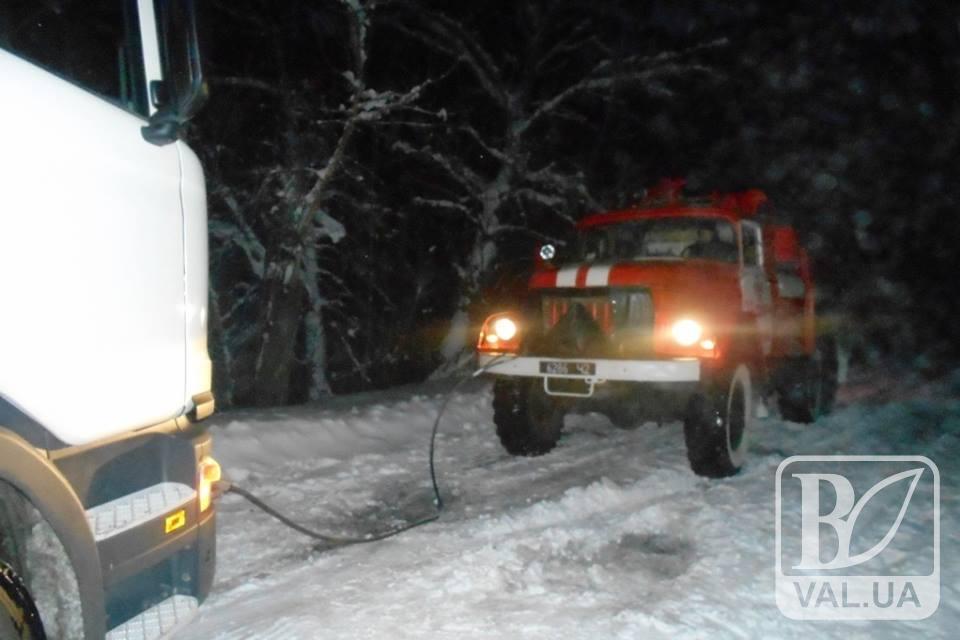 На Чернігівщині рятувальники вивільняють транспортні засоби із снігових заметів
