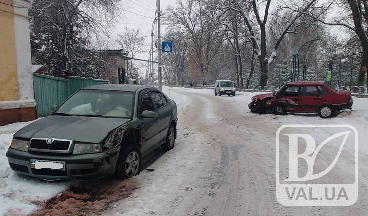 У Ніжині через нерозчищені дороги сталася ДТП. Є постраждалі. ФОТО
