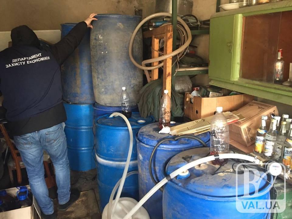 На Чернігівщини поліція викрила підпільний цех, де розливали, зберігали та продавали «самопальний» елітний алкоголь