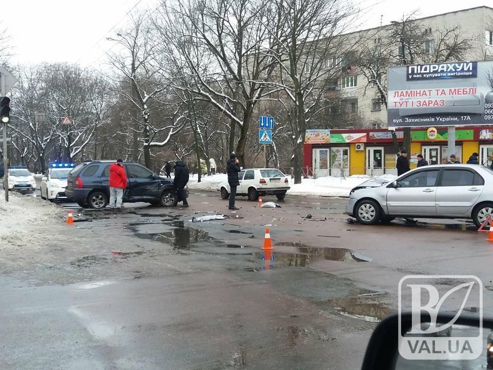 У Чернігові не розминулись позашляховик і легковик. ФОТОфакт
