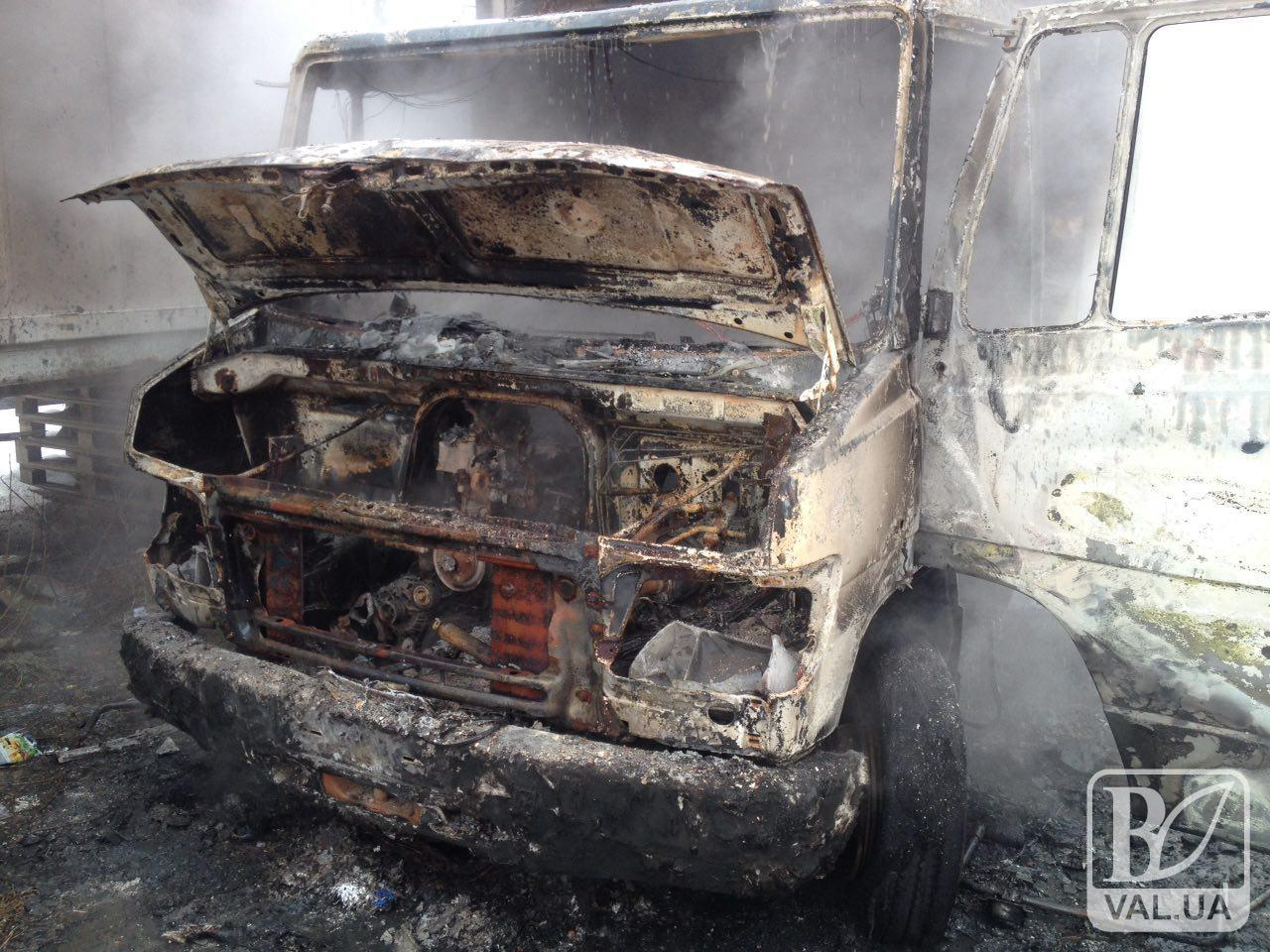 У Чернігові згоріла вантажівка