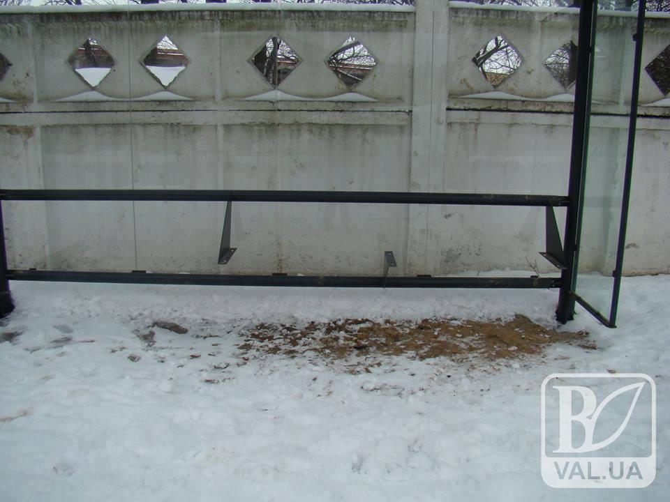 У Чернігові на двох зупинках зникли лавки. ФОТО