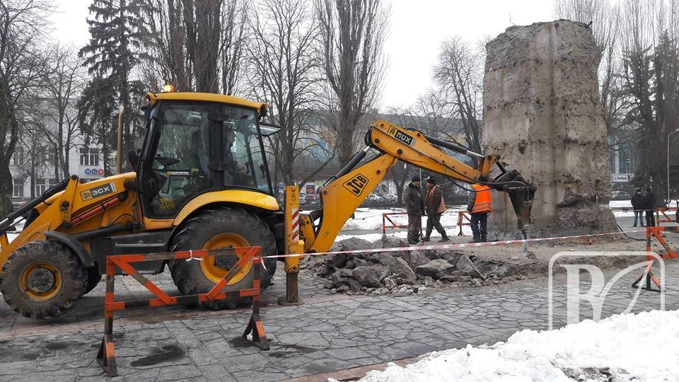 У Чернігові нарешті визначились, хто і як демонтуватиме постамент Леніна