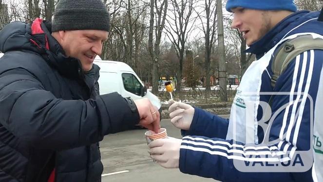 У Чернігові активісти міняли цигарки на смаколики