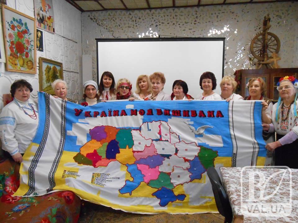 Чернігівщина з гордістю передала на Сумщину вишиту мапу України