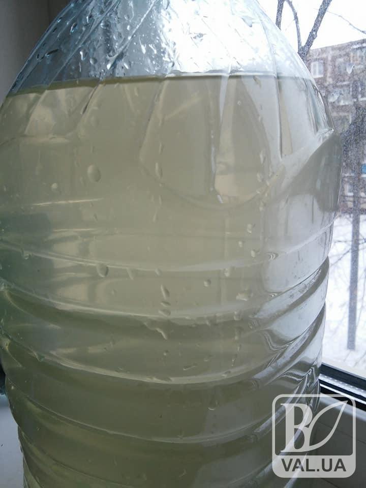 Чернігівці знову скаржаться на брудну воду з кранів. ФОТО